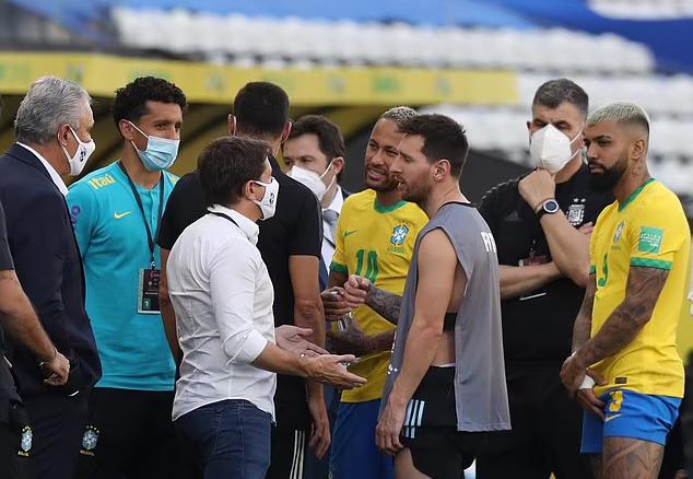 Messi nói chuyện với phía Brazil sau sự cố bắt người. Ảnh: Reuters.