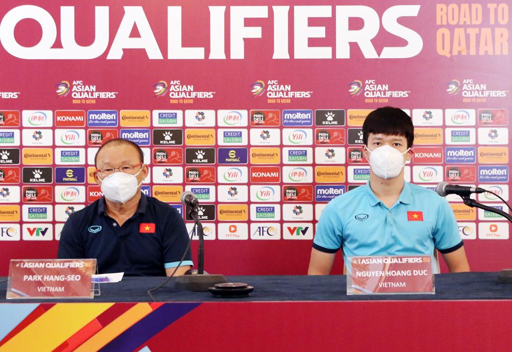 Nguyễn Hoàng Đức họp báo cùng HLV Park Hang-seo tại Hà Nội chiều 6/9. Ảnh: VFF