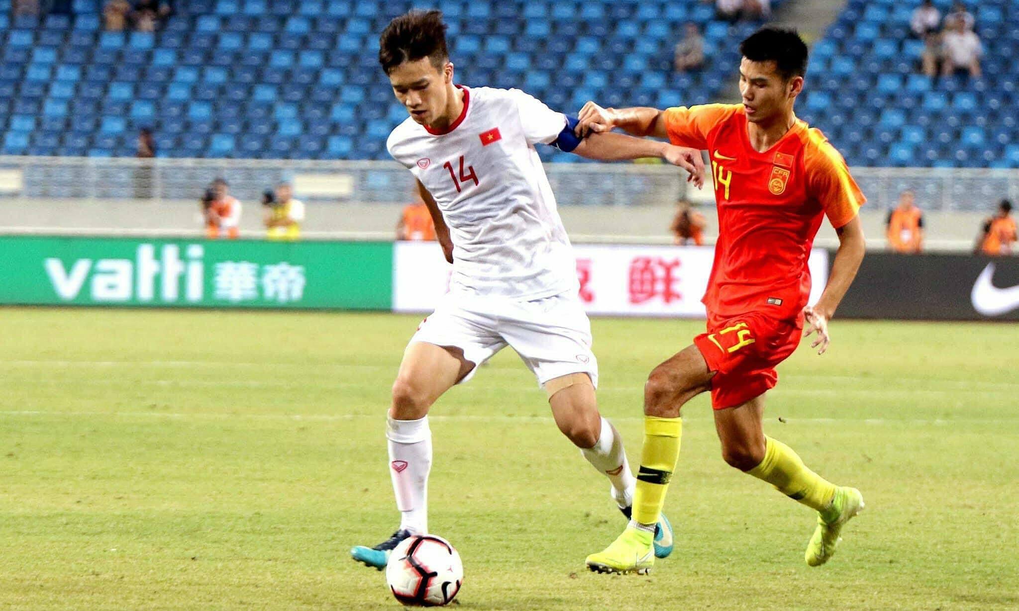 Việt Nam (áo trắng) từng thắng Trung Quốc 2-0 trong trận giao hữu ở cấp độ U22, tháng 9/2019. Ảnh: VFF