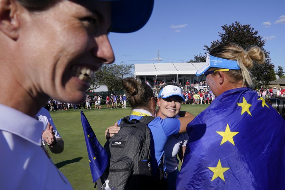 Castren chia vui với đồng đội sau khi thắng Salas trong trận quyết định, mang Solheim Cup về cho các golfer châu Âu. Ảnh: AP