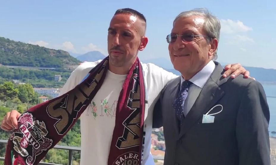 "Ribery สวมผ้าพันคอ Salernitana ใน Salerno เมื่อวันที่ 6 กันยายน  ภาพถ่าย: ""DiMarzio"""