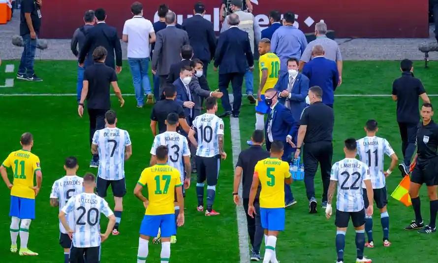 Nhân viên y tế và cảnh sát Brazil vào sân để bắt ba cầu thủ Argentina. Ảnh: REX.