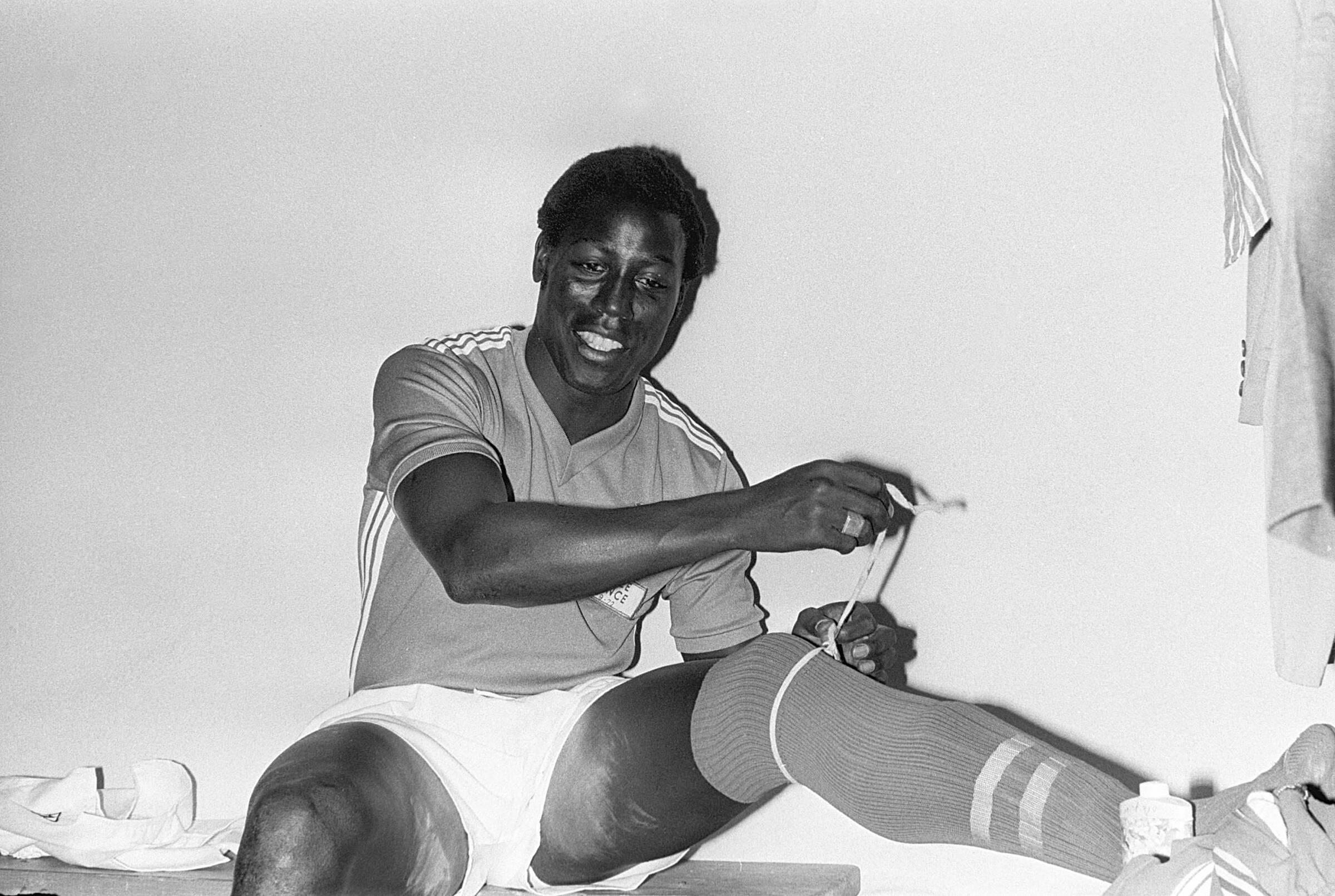 Adams thời trai trẻ, tươi cười trong phòng tay đồ tuyển Pháp. Ông đá 22 trận, trong đó có 21 trận đá chính, với 1876 phút khoác áo Les Bleus giai đoạn 1972-1976.Ảnh: LÉquipe