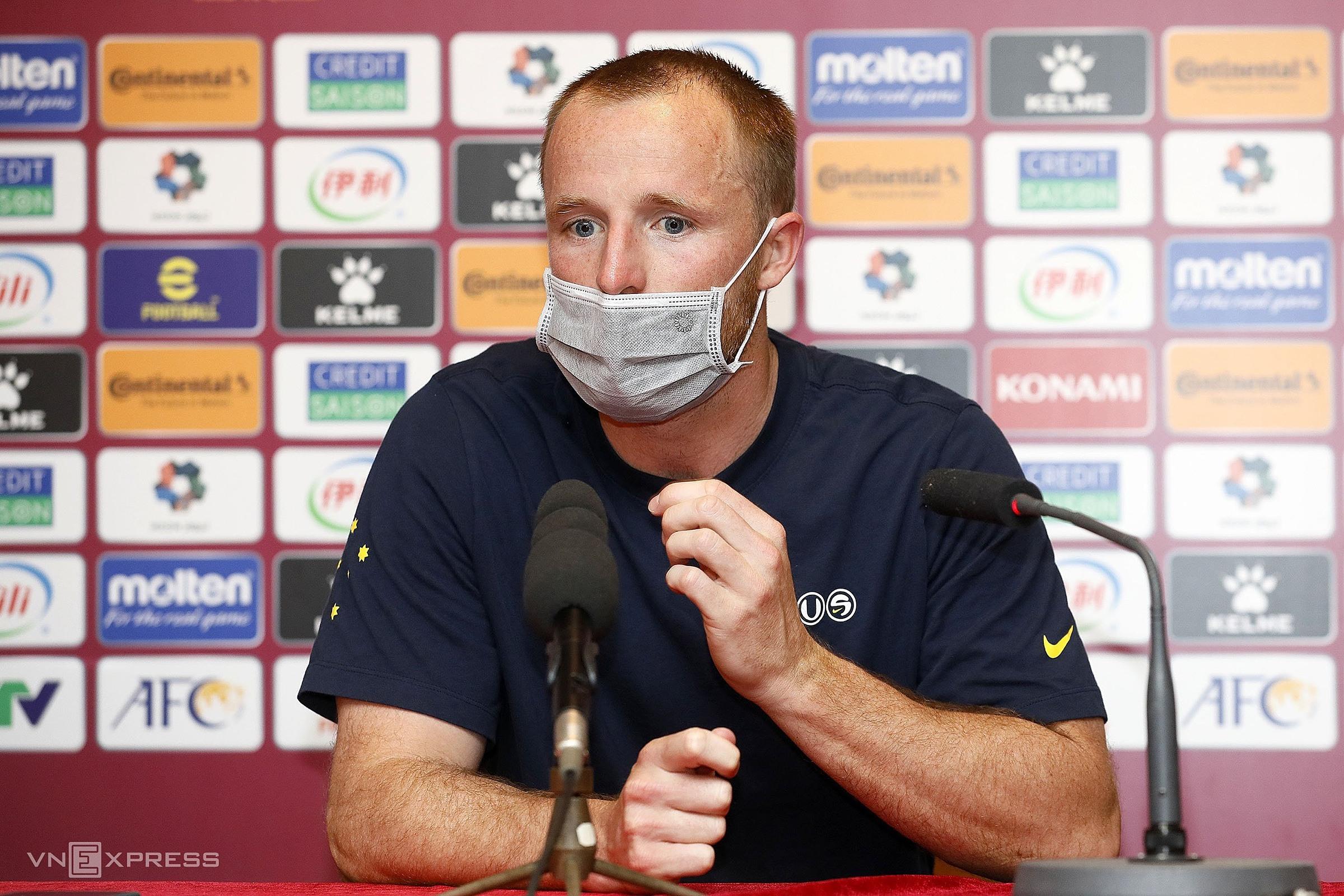 Grant, trong cuộc họp báo sau trận, mô tả lại tình huống khiến anh thót tim khi trọng tài dừng trận đấu để tham khảo VAR. Ảnh: Lâm Thoả