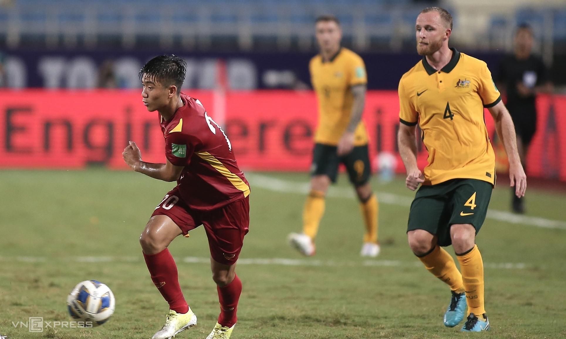 Grant (số 4) trong tình huống bị Phan Văn Đức vượt qua ở hiệp hai trận Việt Nam - Australia trên sân Mỹ Đình tối 7/9. Ảnh: Lâm Thoả