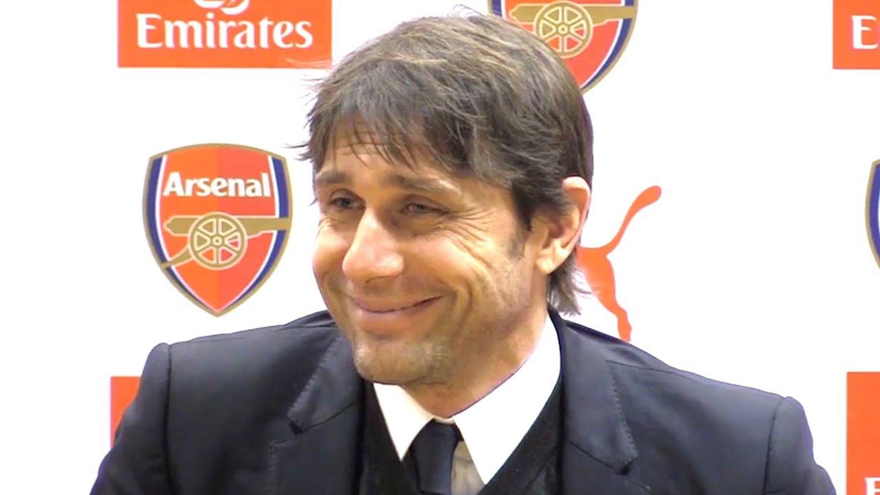 Conte trong một lần dự họp báo ở Arsenal thời còn dẫn dắt Chelsea giai đoạn 2016-2018.
