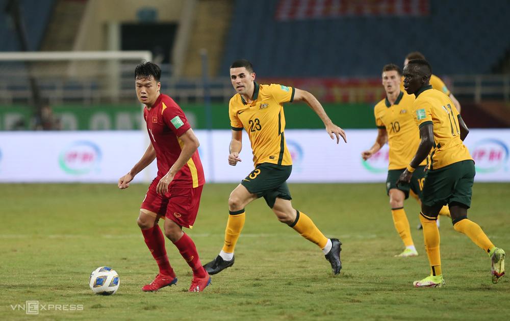 "Thanh Chung เล่นบทบาทเมื่อเวียดนามแพ้ 0-1 ให้กับออสเตรเลียที่ My Dinh เมื่อวันที่ 7 กันยายน  ภาพถ่าย: ""Lam Thua ."""