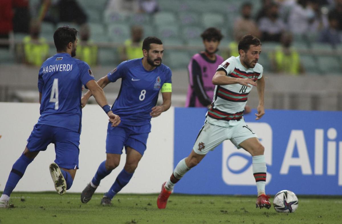 Bernardo Silva (phải) và đồng đội giành ba điểm một cách dễ dàng trên sân Azerbaijan. Ảnh: AP.
