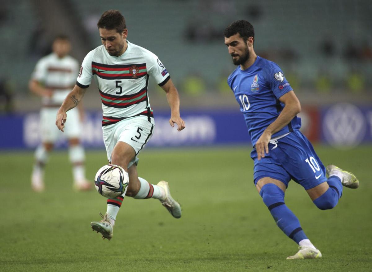 Azerbaijan (áo xanh) đang đứng cuối bảng A với chỉ một điểm.