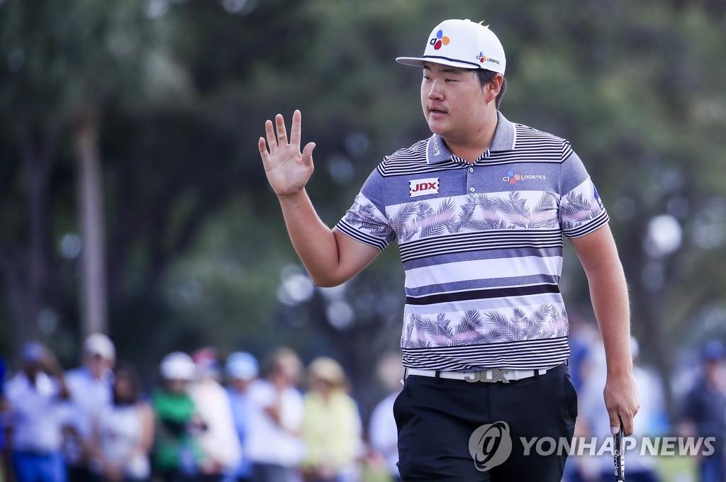 Im Sung-jae chào khán giả sau một cú putt ở CJ Cup. Ảnh: Yonhap