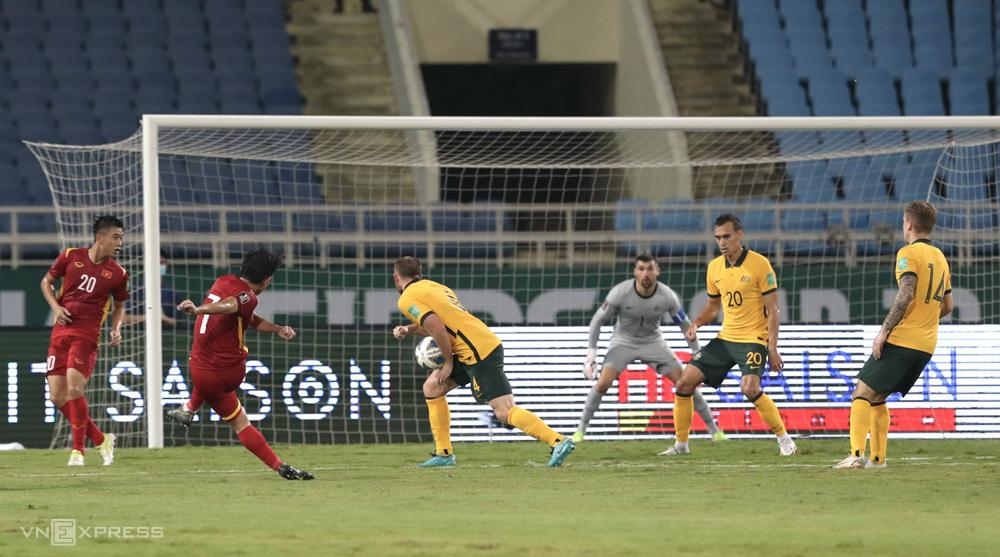 Rhyan Grant để bóng chạm tay trong vòng cấm nhưng tuyển Việt Nam không được hưởng 11m.