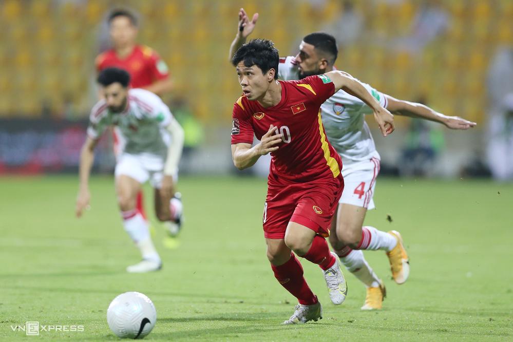 Công Phượng đi bóng trong trận thua UAE hồi tháng Sáu, tại vòng loại thứ hai World Cup 2022 - khu vực châu Á. Ảnh:Lâm Thoả