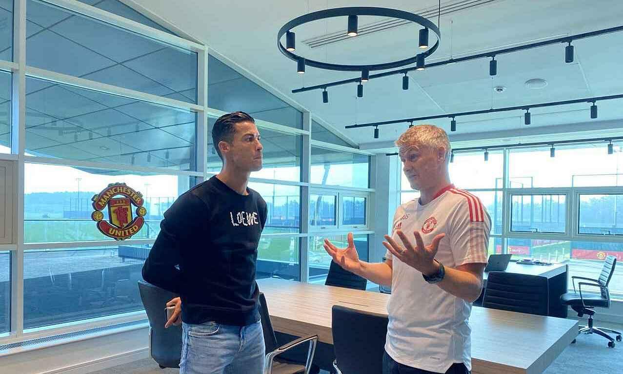 Ronaldo đến chào và trao đổi với HLV Solskjaer trước khi ra sân tập. Ảnh: Manutd.com