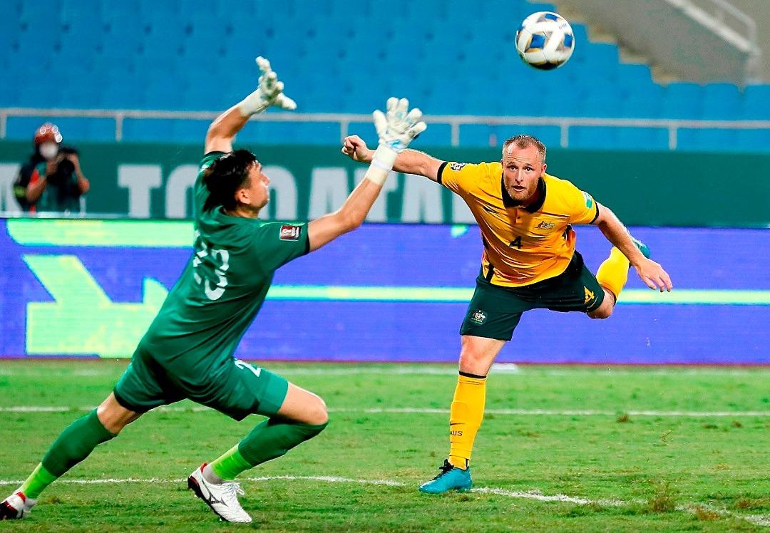 Pha dứt điểm duy nhất hướng về cầu môn Việt Nam lại biến thành bàn thắng cho Australia. Ảnh: AFC