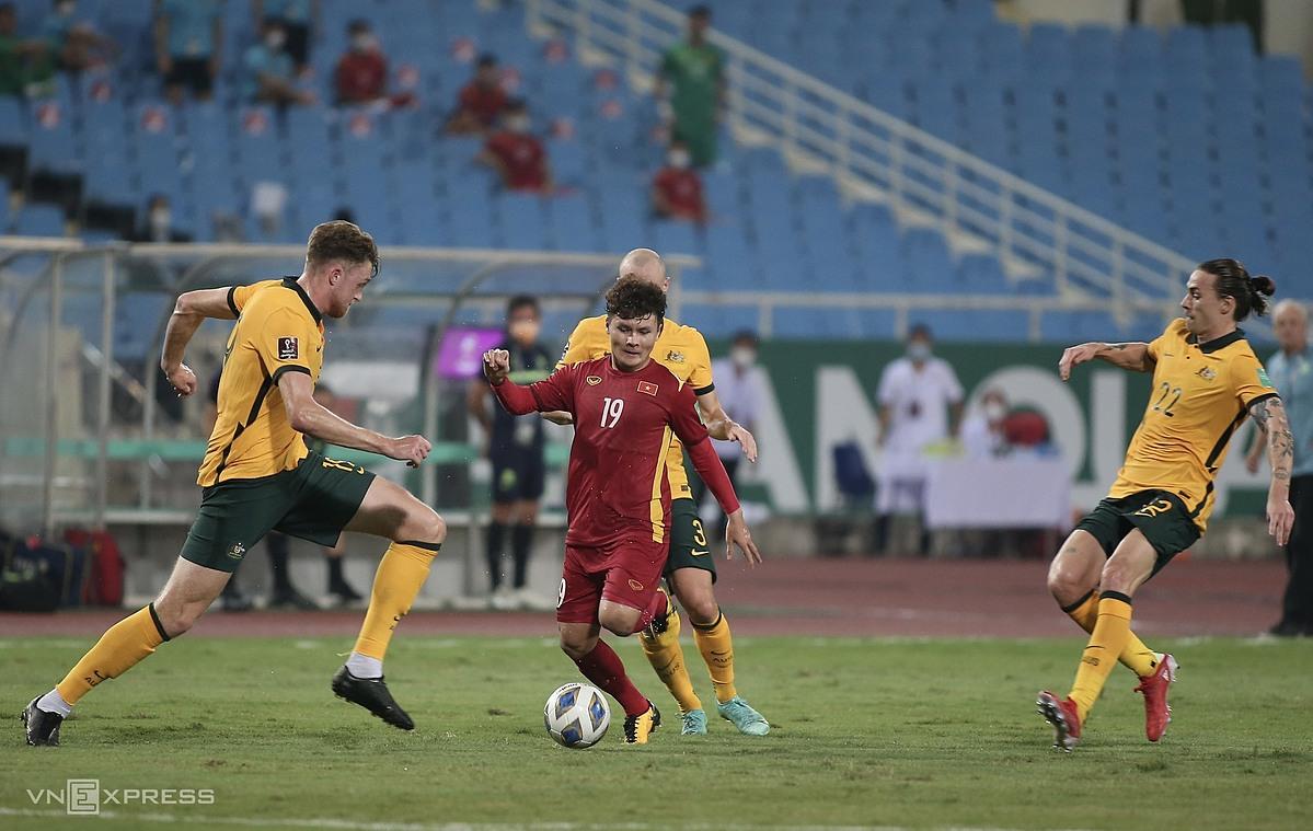 Quang Hải đi bóng trong sự bao vây của các cầu thủ Australia. Ảnh: Lâm Thoả