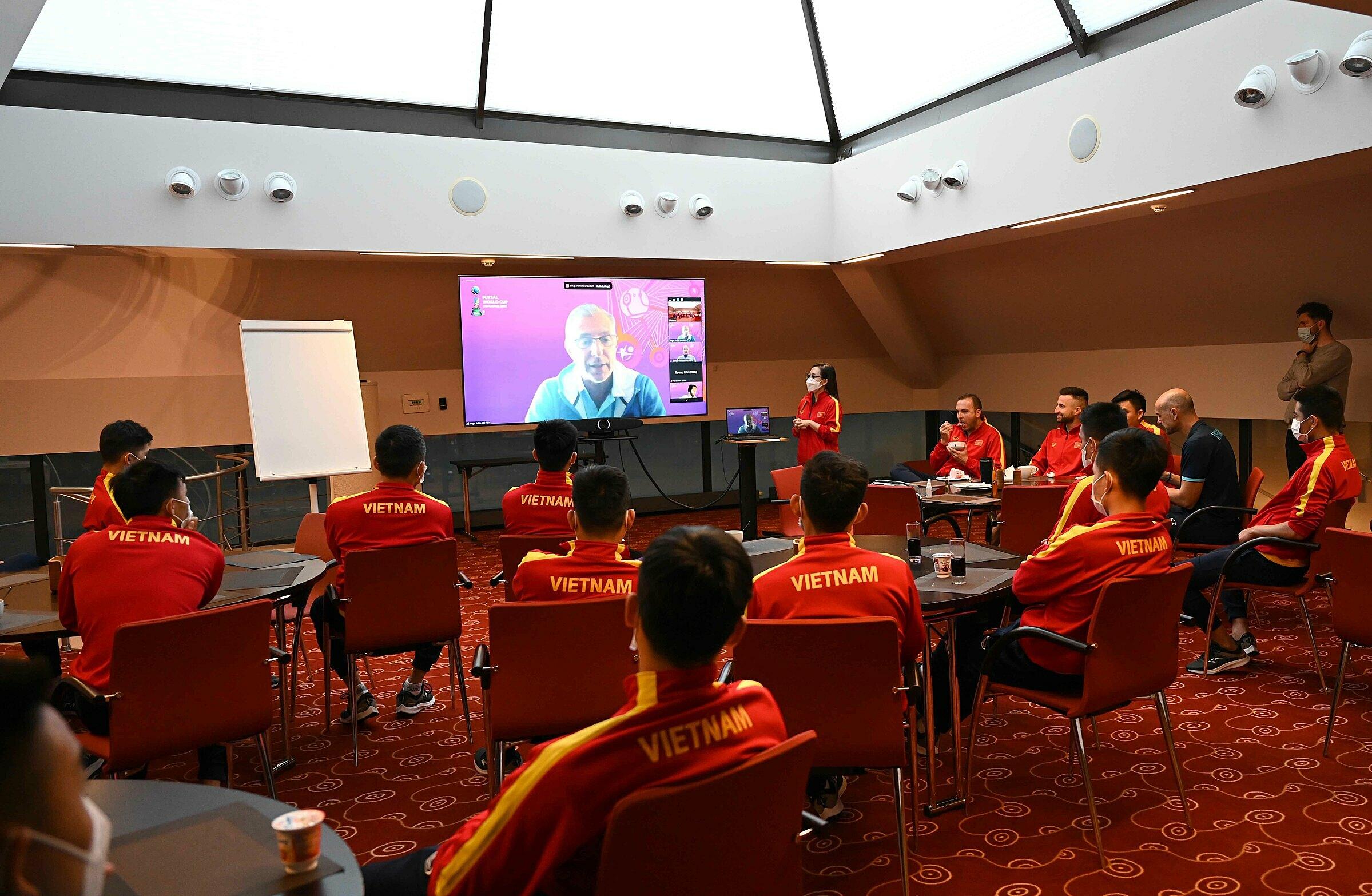 Đội tuyển futsal Việt Nam lắng nghe phổ biến VAR trực tuyến từ quan chức FIFA. Ảnh: VFF