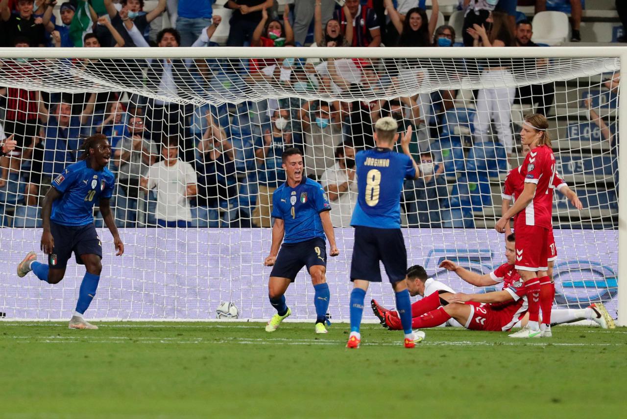 Italy thị uy sức mạnh bằng chiến thắng đậm trên sân nhà Mapei hôm 8/9. Trong ảnh là khoảnh khắc Kean và Jorginho chúc mừng Raspadori (áo xanh - giữa) nâng tỷ số lên 3-0 ở phút 24. Ảnh: FI