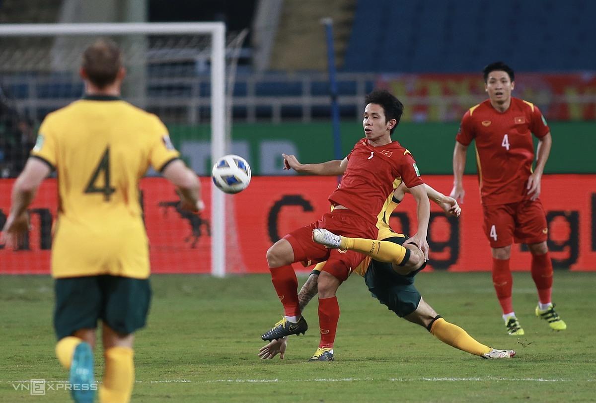 Hồng Duy nhiều phen khiến các cầu thủ Australia toát mồ hôi trong trận đấu trên sân Mỹ Đình. Ảnh: Lâm Thoả