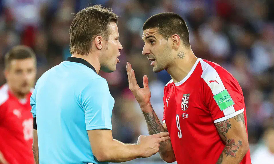 Tiền đạo Serbia Aleksandar Mitrovic phản ứng với trọng tài Đức Felix Brych trong trận gặp Thuỵ Sĩ. Ảnh: EPA