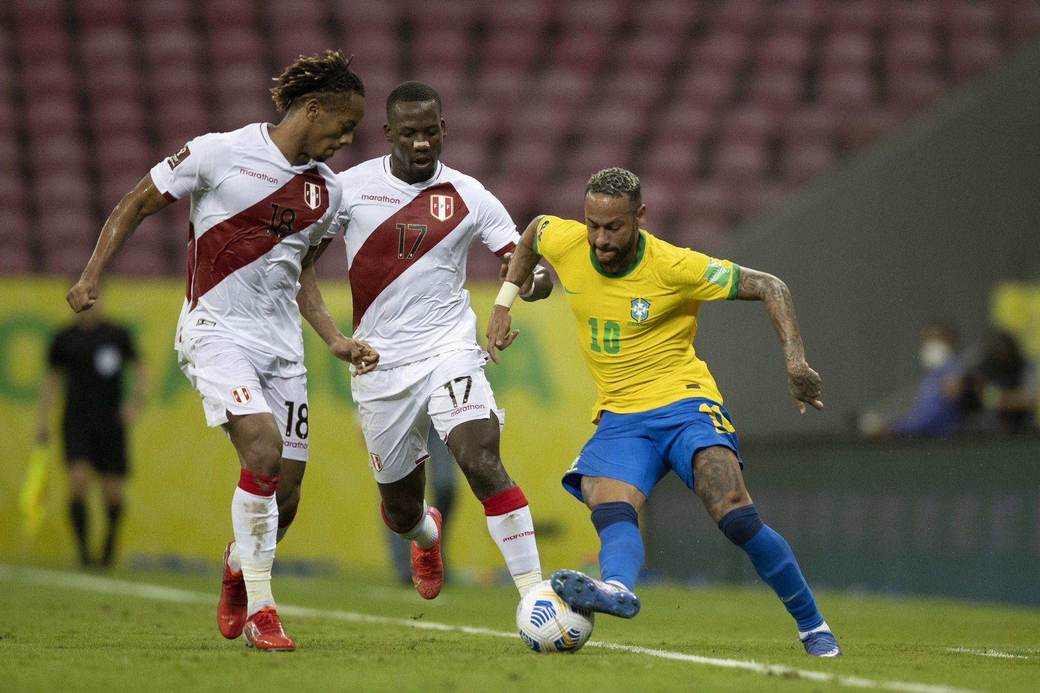 Neymar menggiring bola melewati dua pemain di Pernambuco, Recife pada pagi hari tanggal 10 September.  Foto: CBF