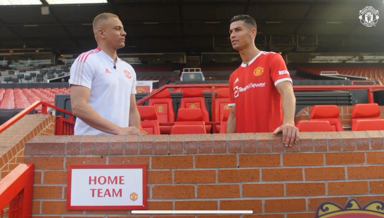 Ronaldo dalam sebuah wawancara dengan mantan rekan setimnya Wes Brown di Old Trafford pada 9 September. foto: manutd.com