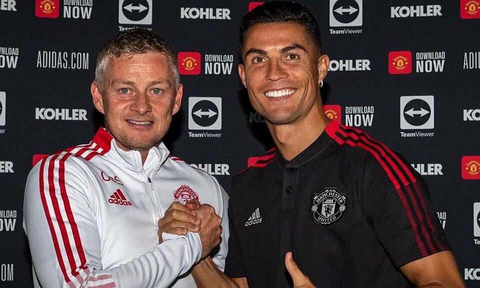 Ronaldo berfoto bersama pelatih Solskjaer usai menandatangani kontrak. foto: manutd.com