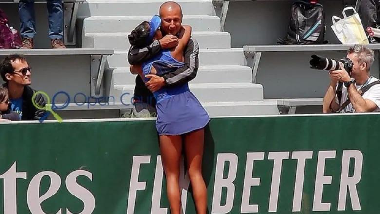 Cha con Fernandez đã ăn tập cùng nhau 10 năm, trước khi đạt thành công tại Mỹ Mở rộng 2021. Ảnh: Reuters