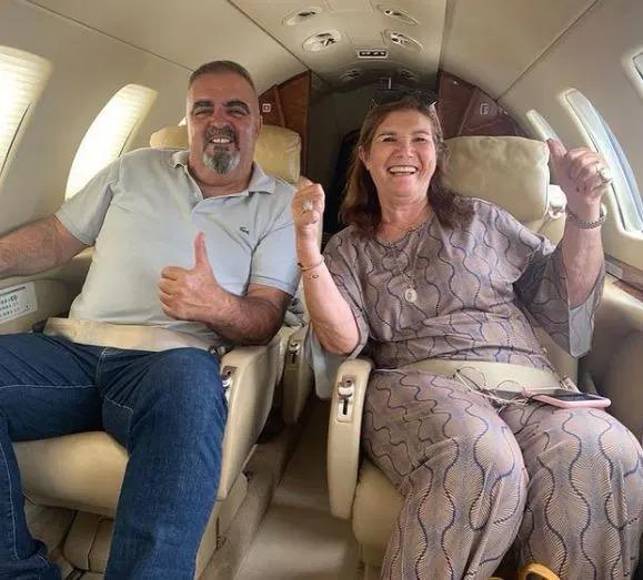 Bà Dolores trên máy bay sang Manchester hôm 10/9. Ảnh: Instagram / doloresaveiroofficial