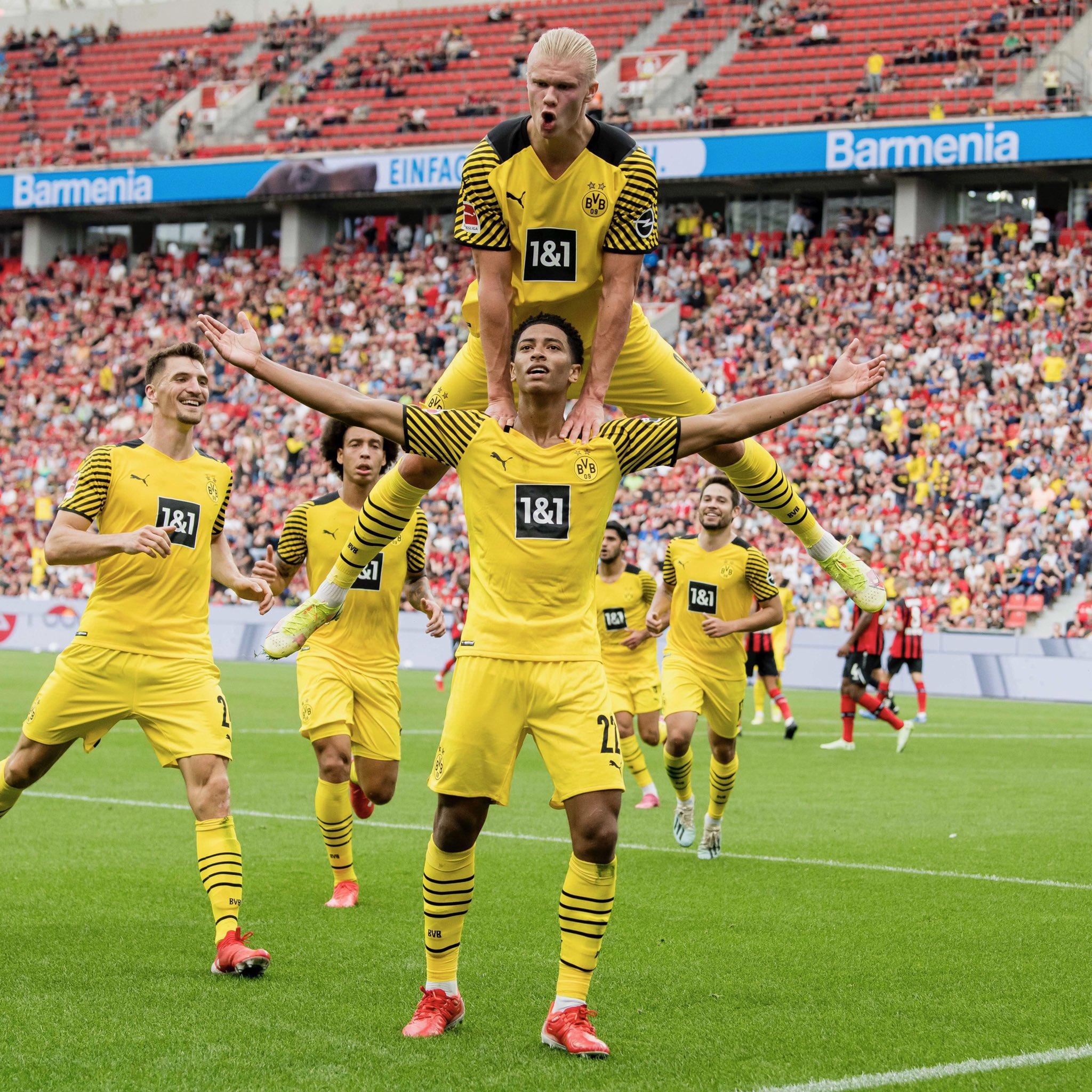 Haaland bay cao khi mừng bàn ấn định thắng lợi 4-3 cho Dortmund. Ảnh: Twitter / BVB Dortmund