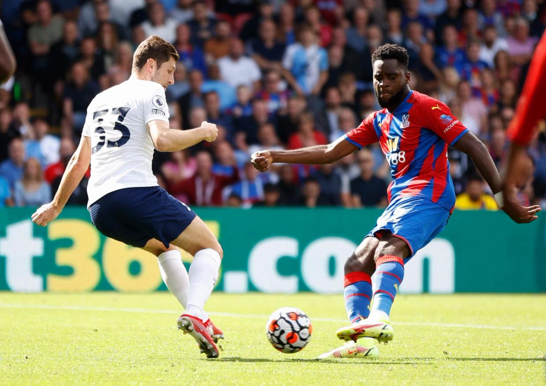 Odsonne Edouard trong pha nâng tỷ số lên 2-0 cho chủ nhà Palace. Ảnh: Reuters