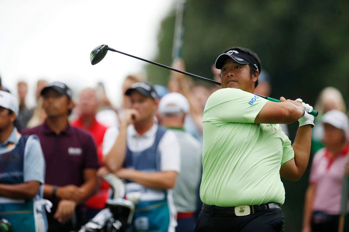 Kiradech Aphibarnrat dõi theo cú phát bóng ở vòng hai BMW PGA Championship hôm 10/9. Ảnh: Reuters