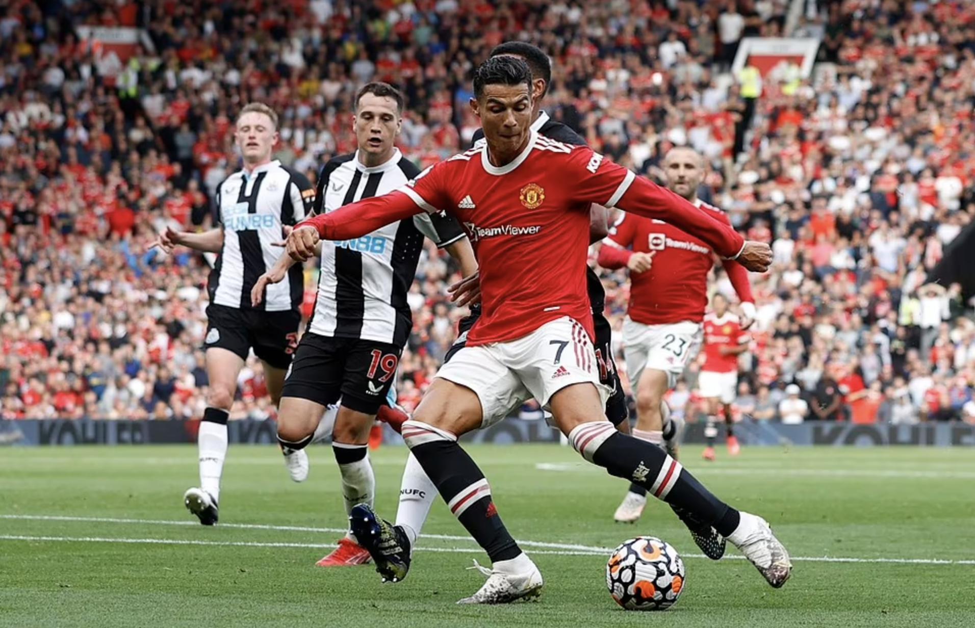 Cú đúp vào lưới Newcastle giúp Ronaldo chạm mốc 120 bàn cho Man Utd, sau 293 trận. Ảnh: Reuters