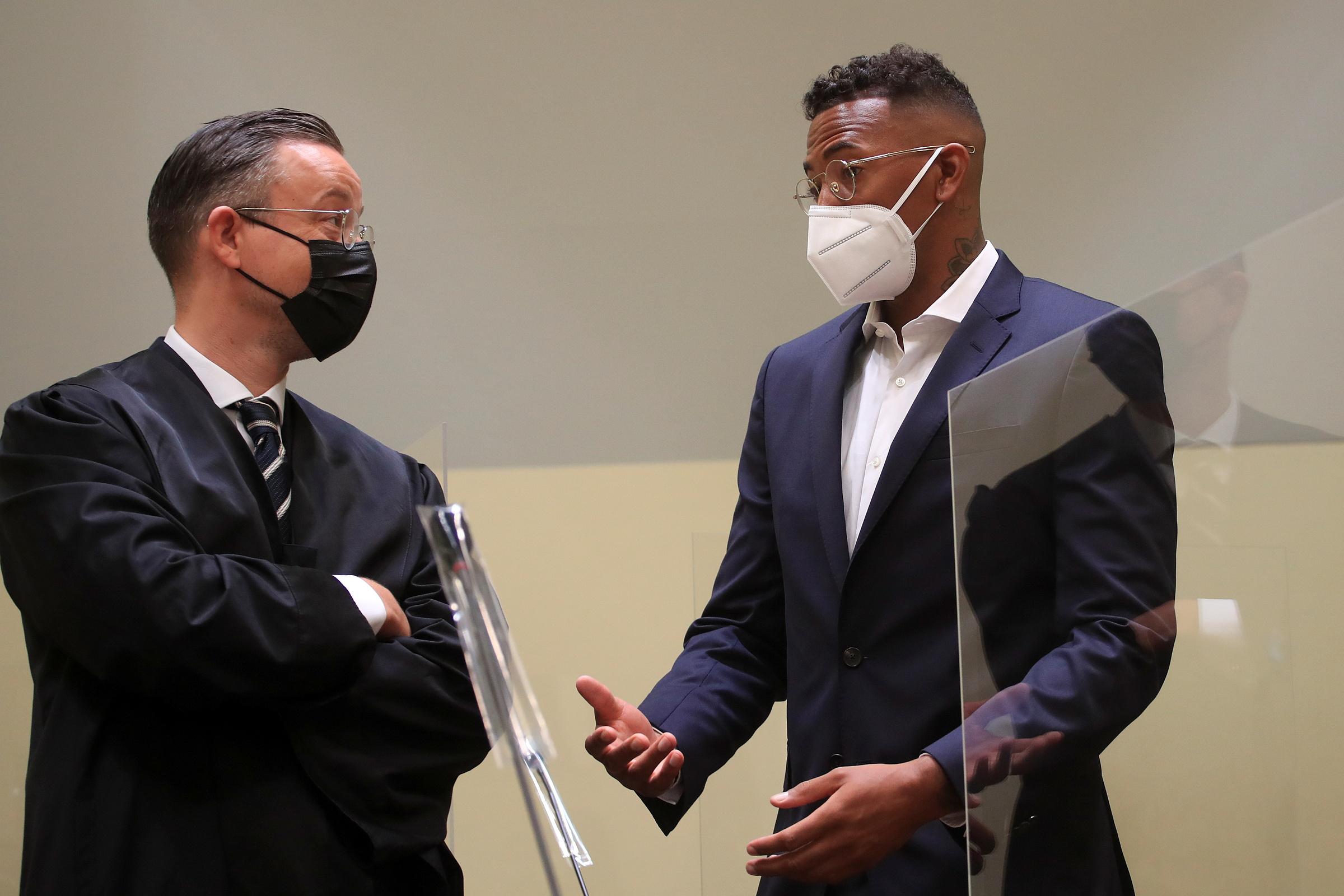 Boateng (phải) trao đổi với luật sư Kai Walden trong phiên toà tại Munich hôm 9/9. Ảnh: Reuters