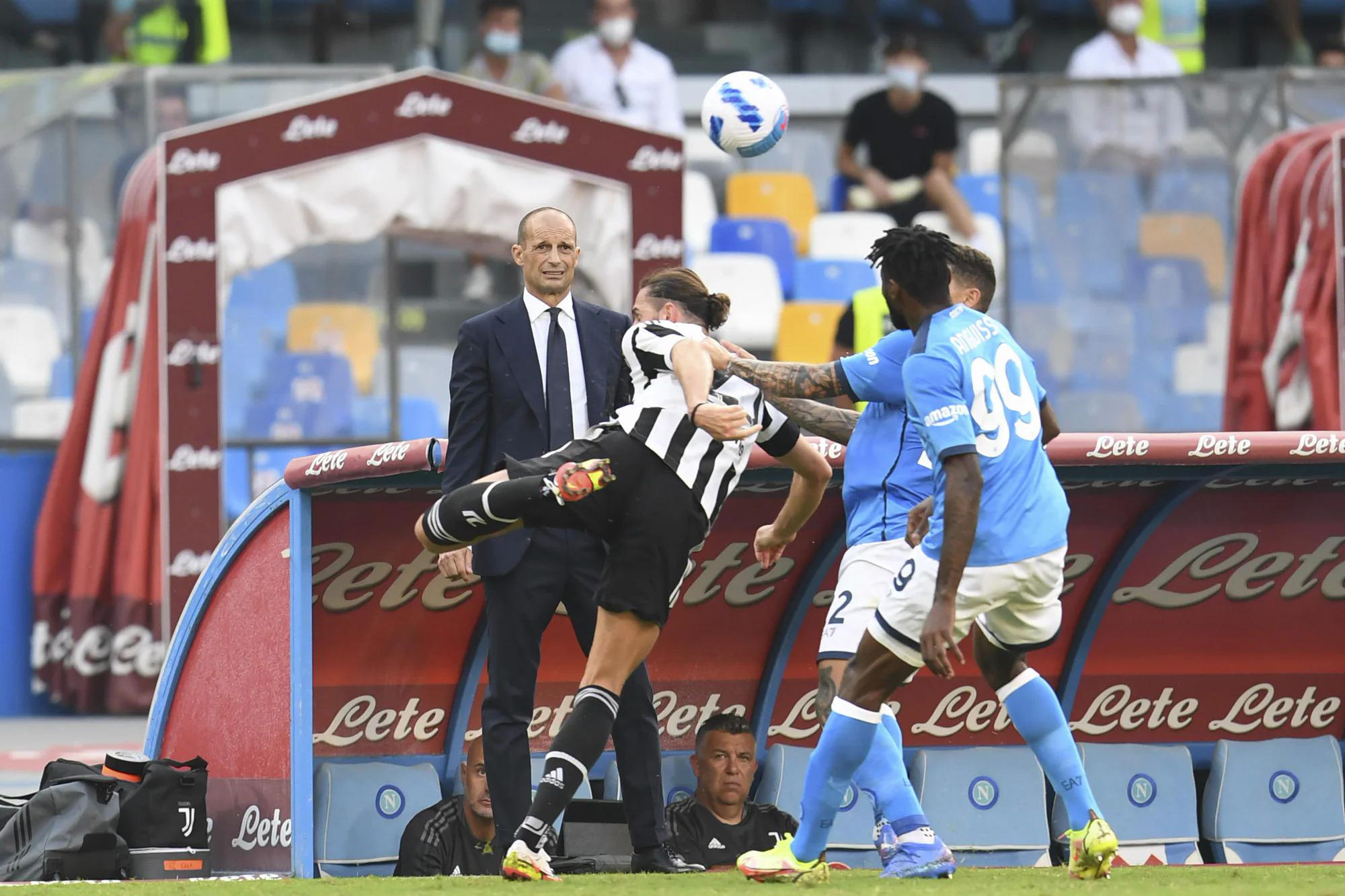 Allegri bất lực nhìn các học trò yếm thế trước Napoli tại San Paolo. Ảnh: ANSA