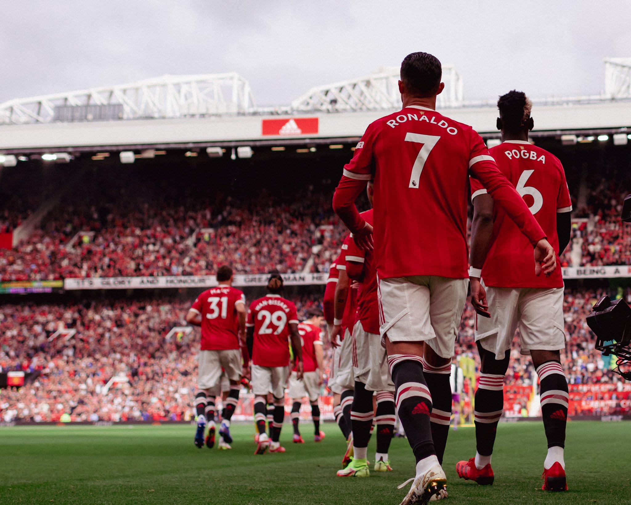 Ronaldo xem việc được bước ra sân Old Trafford ngập tràn sắc đỏ và chìm trong tiếng hô vang tên anh của các CĐV là một đặc ân, nguồn động viên tinh thần lớn. Ảnh: Twitter / Man Utd