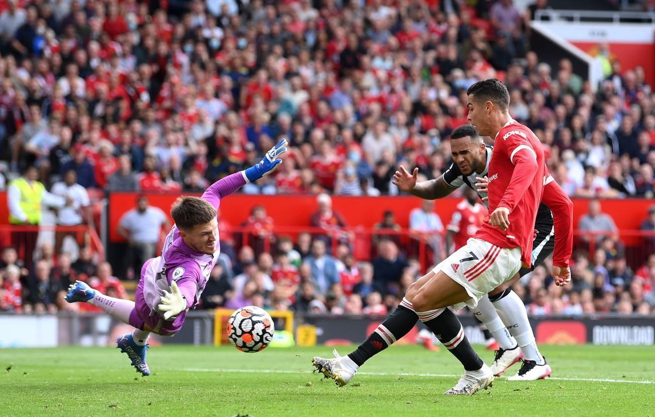 Ronaldo đệm bóng mở tỷ số cho Man Utd ở cuối hiệp một. Ảnh: Twitter / Cristiano Ronaldo