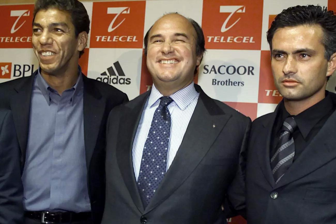 Mourinho lẽ ra đã ở lại Benfica lâu hơn nếu Chủ tịch Vale e Azevedo (giữa) tái đắc cử cuối năm 2000. Ảnh: Record.pt