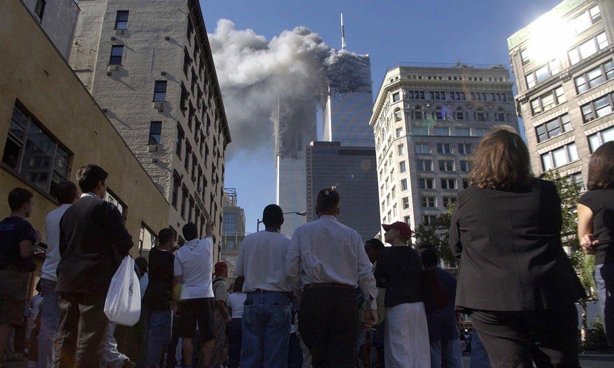 Người dân tại thành phố New York, Mỹ, chứng kiến khói bốc lên từ Trung tâm Thương mại Thế giới vào ngày 11/9/2001. Ảnh:AP.