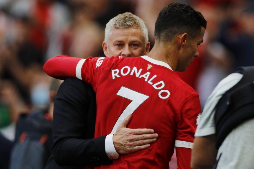 Solskajer chia vui với Ronaldo sau trận thắng Newcastle 4-1 hôm 11/9. Ảnh: Reuters