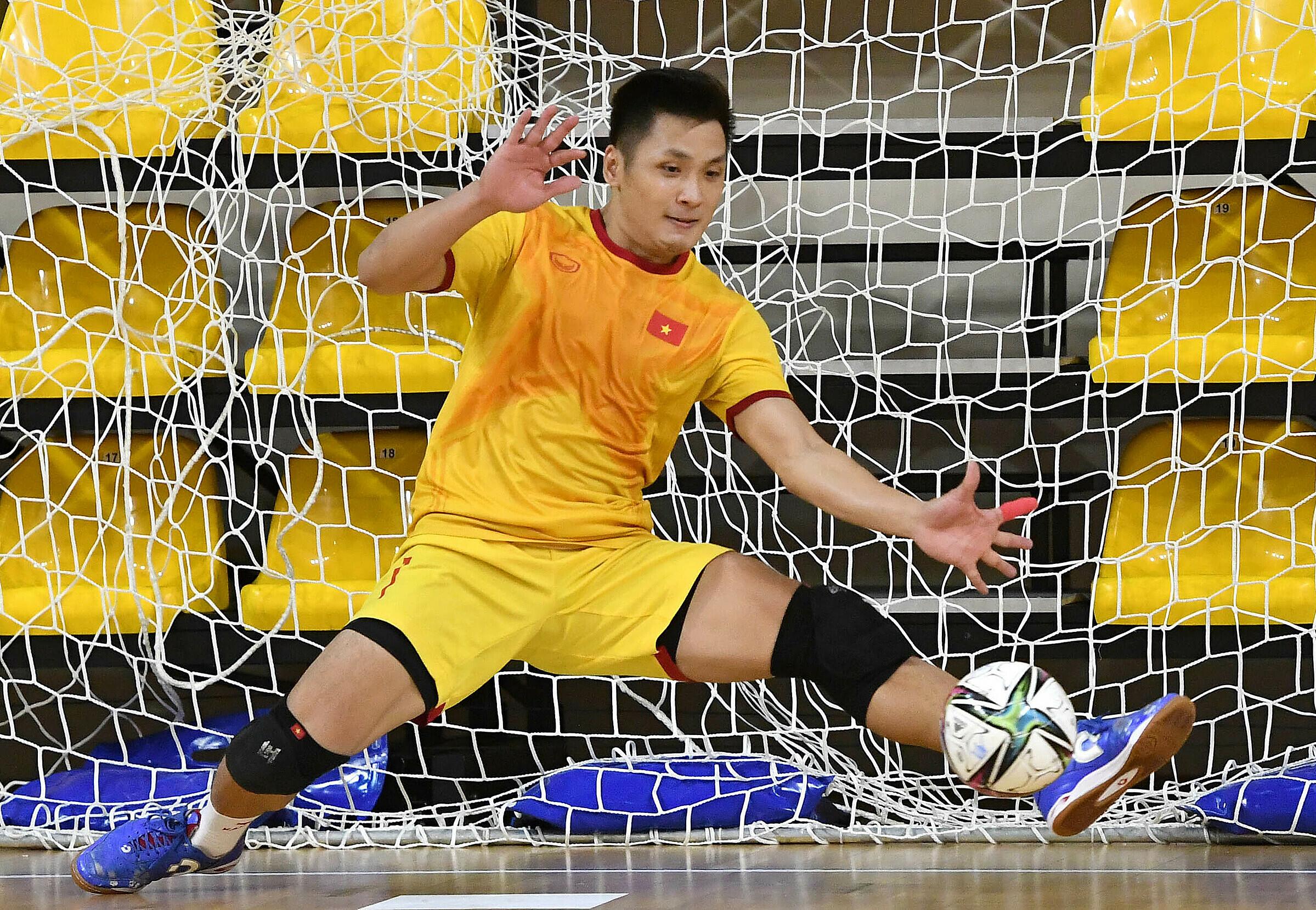 Thủ môn Hồ Văn Ý được kỳ vọng sẽ toả sáng để hạn chế các bàn thua cho Việt Nam. Ảnh: VFF