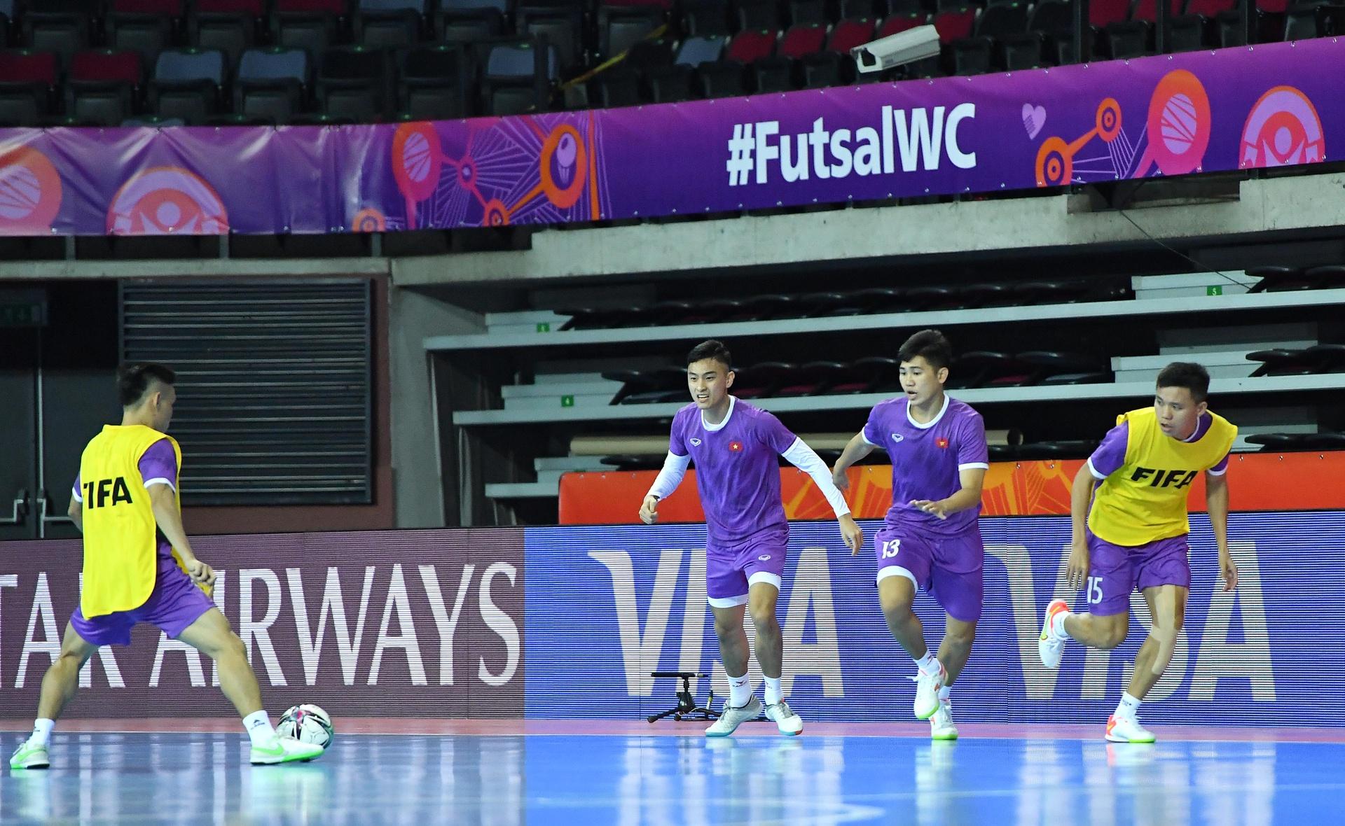 Các cầu thủ Việt Nam làm quen sân thi đấu. Ảnh: VFF