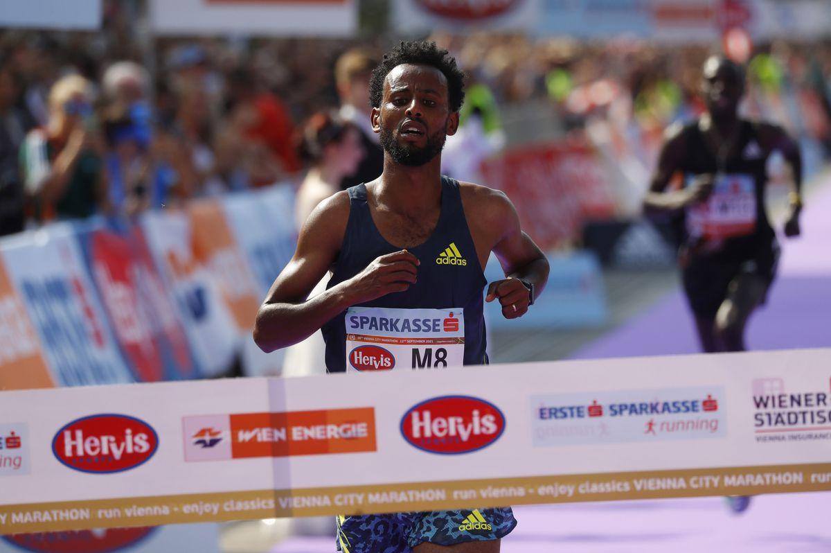 Derara Hurisa về nhất trên đường chạy Vienna Marathon hôm 12/9. Ảnh: Reuters