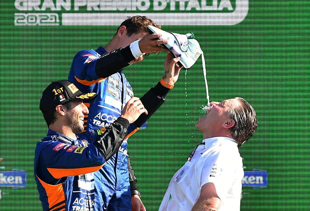 Ricciardo (đội mũ) và Norris mừng chiến thắng nhất nhì cùng lãnh đội McLaren Zak Brown trên bục trao giải Grand Prix Italy, Monza hôm 12/9. Ảnh: Reuters