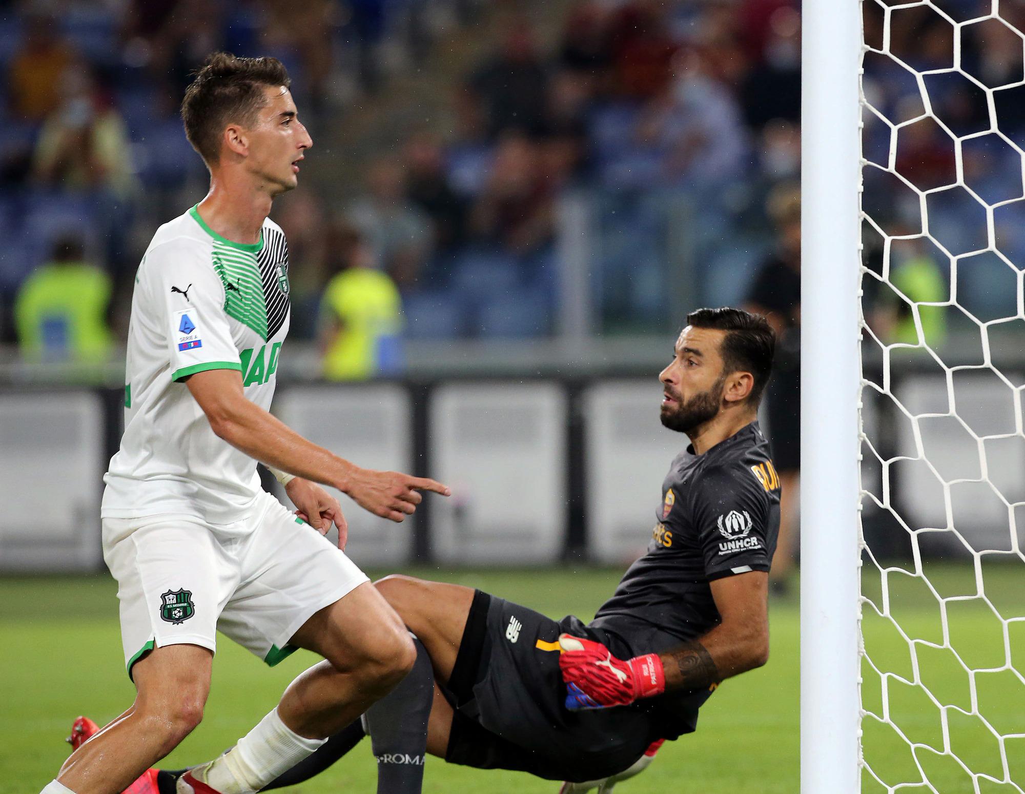 Roma trải qua những phút căng thẳng sau khi Sassuolo gỡ hoà 1-1 ở đầu hiệp hai. Ảnh: CdS
