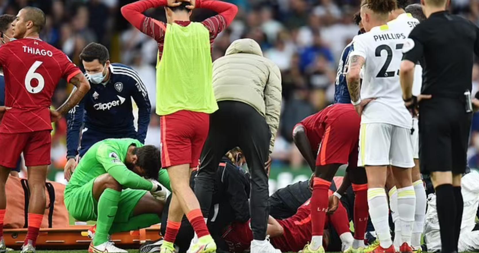 Các cầu thủ đều sốc khi chứng kiến Elliott nằm sân. Ảnh: Reuters
