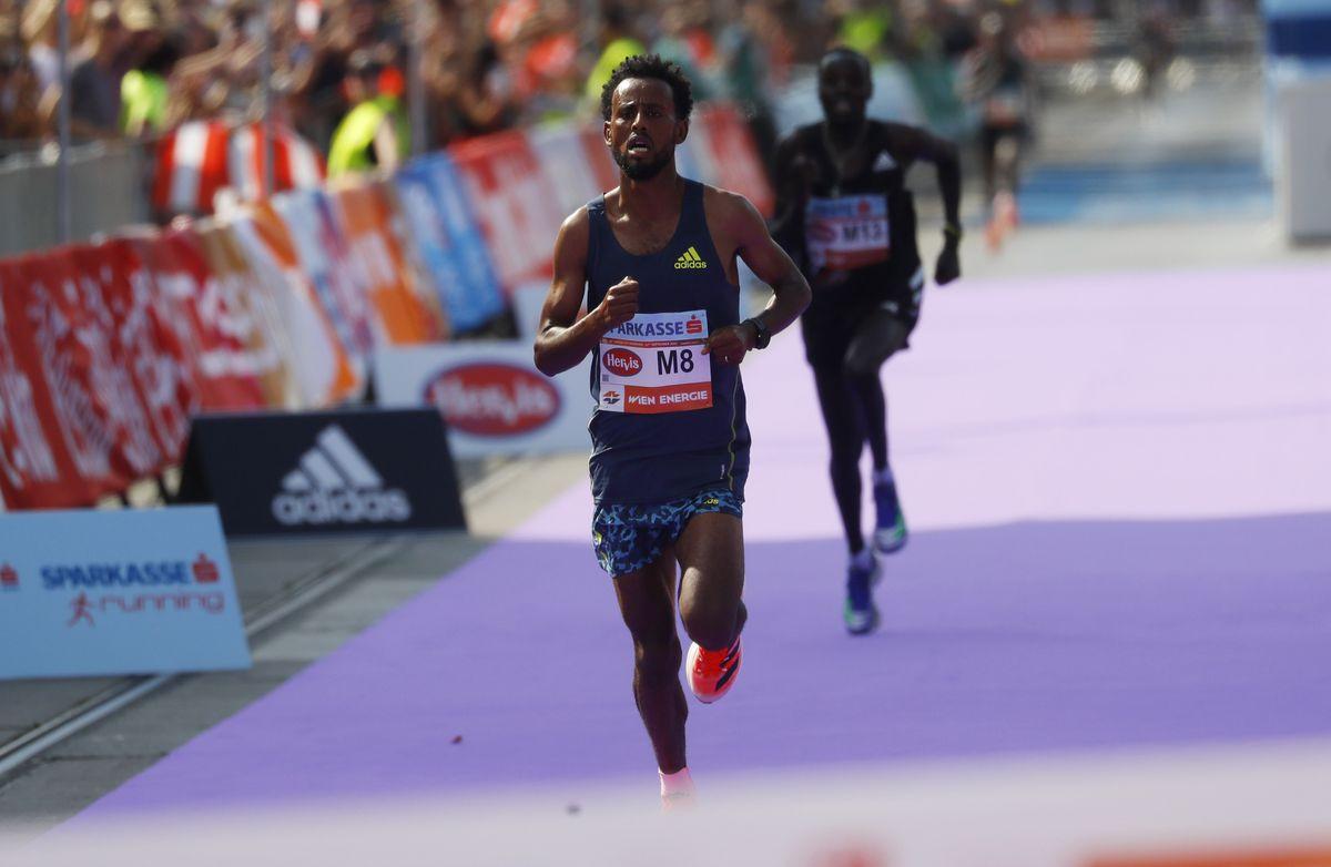 Hurisa chạy đôi Adidas Adizero Prime X, thay vì một đôi giày hợp chuẩn đã đăng ký với ban tổ chức Vienna Marathon 2021. Ảnh: Reuters