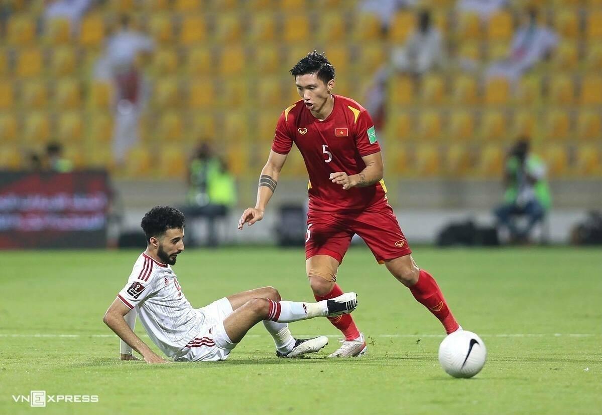 Đoàn Văn Hậu (phải) bị cầu thủ UAE truy cản trong trận đấu tối 15/6 trên sân Zabeel ở vòng loại thứ hai World Cup 2022. Ảnh:Lâm Thỏa