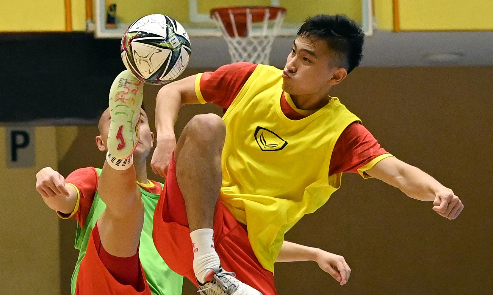 Cầu thủ Việt Nam tranh bóng trong buổi tập trước trận. Ảnh: VFF