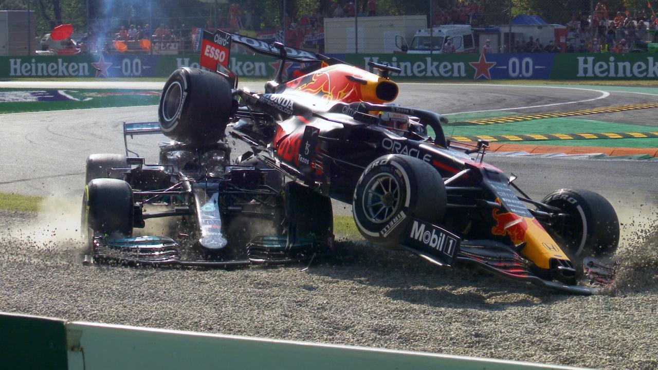 Cả Hamilton lẫn Verstappen đều phải bỏ cuộc sau va chạm này. Ảnh: F1