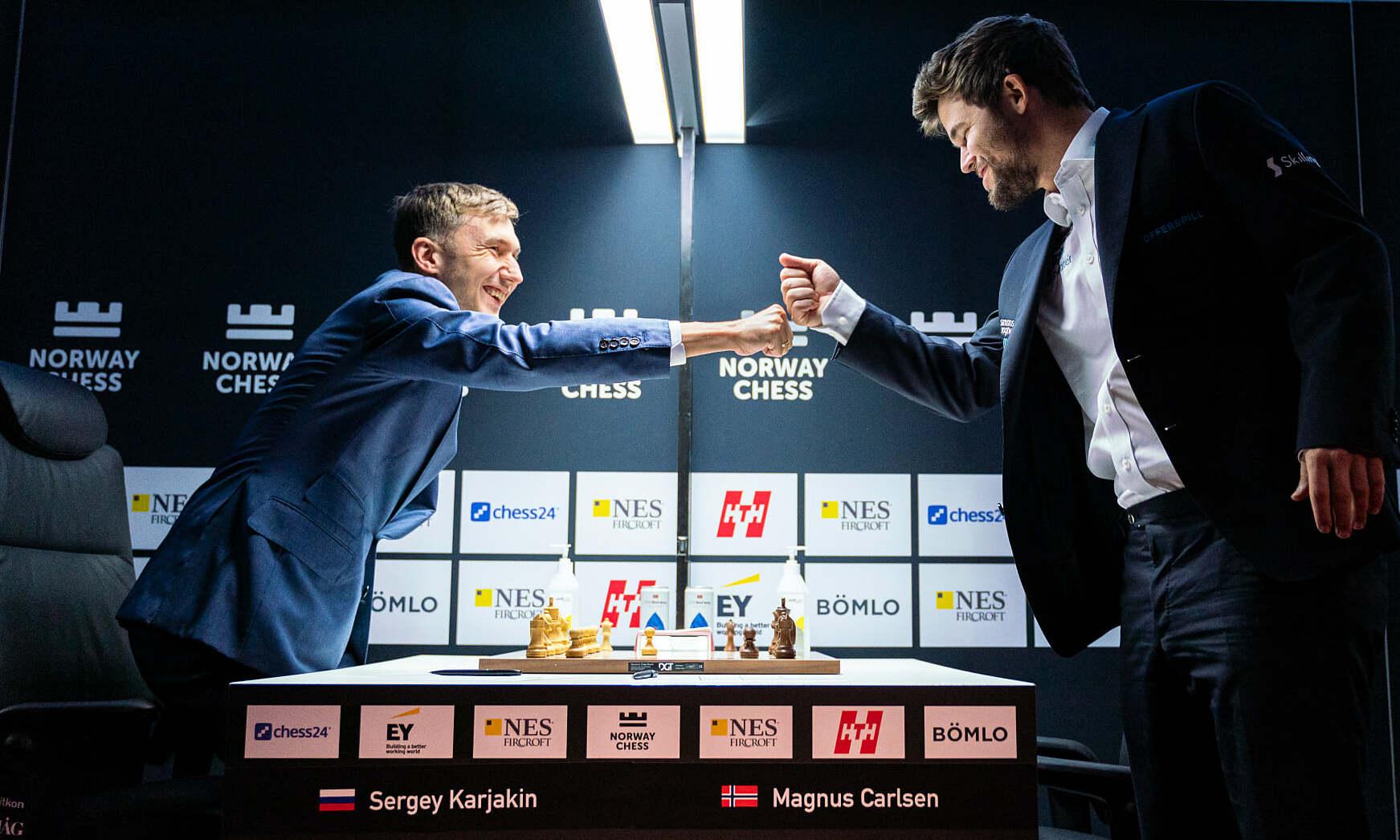 Karjakin (trái) và Carlsen cụng tay trước ván đấu. Ảnh: Norway Chess/Lennart Ootes
